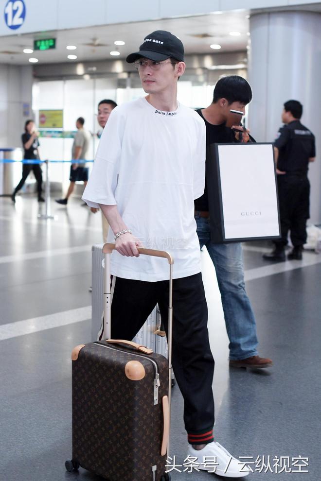 張翰現身機場,竹竿腿消失不見,網友:這麼快就長胖了?