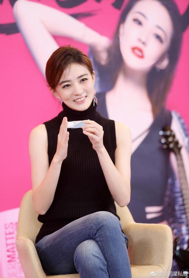 徐璐出席活動穿對衣,二十歲的顏值三十歲的氣質,同臺女生尷了尬
