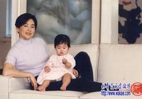 林青霞早期一組與女兒的一組合照,穿粉紫色針織衫的她溫柔優雅!
