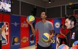 NBA不屈鬥士肖恩利文斯頓造訪上海 與小球迷玩籃球聊人生