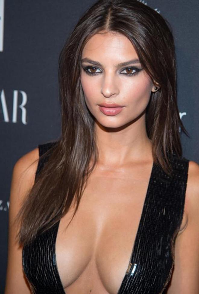 女星艾米麗穿性感服裝出席活動,網友:真希望這種服裝能流行起來