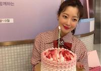 金喜善穿少女裝慶祝42歲生日,捧蛋糕賣萌顏值又回巔峰