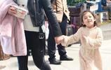 近日小泡芙和媽媽現身機場,表情激萌 網友表示:想生女兒了