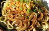 湖北美食:熱乾麵是武漢很有名的一道小吃哦!