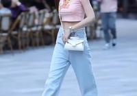街頭火了一種穿搭:褲子要買XXL,走路怕掉要提著,但巨顯瘦