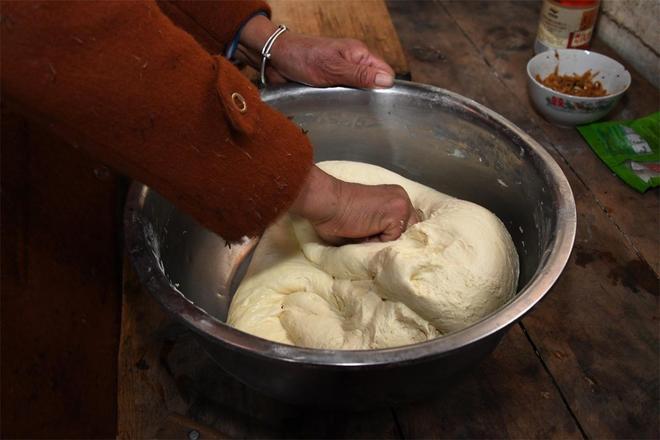 河南農村大媽蒸虛糕饃,一個三四斤重,夠一家人吃兩天
