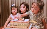 咘咘手抓蛋糕吃,波妞在旁邊的表情是認真的?一臉嫌棄,波妞大佬