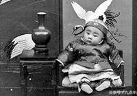 中國最後一個皇帝,九歲了這個嗜好還沒戒,連身邊的太監都看不起