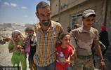 """伊拉克反恐部隊持續圍剿""""伊斯蘭國"""" 摩蘇爾民眾逃離老城"""