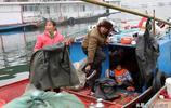 農村夫妻倆冬季打魚一天掙5百,吃住在船上,他們背井離鄉