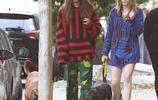 帕麗斯·傑克遜時尚休閒風穿搭現身街頭,和男友一同街邊遛狗