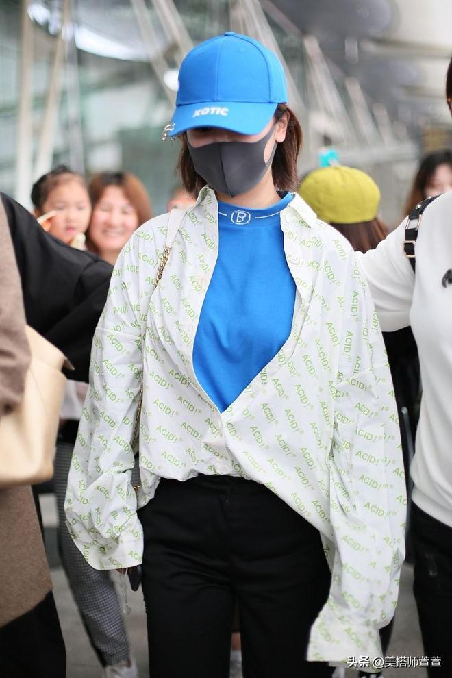 楊紫襯衫疊穿T恤機場大玩混搭風,口罩遮面獲工作人員一路保護