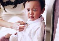 甜馨近照曝光,與媽媽李小璐出現在機場,一個小物件暴露夫妻狀況