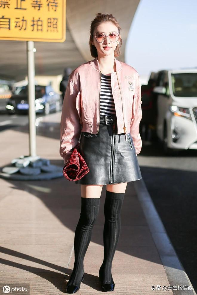 景甜終於迴歸機場,粉嫩夾克+小皮裙真迷人,網友:她真的好嫩啊