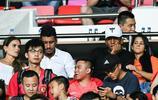 鄭智、曾誠、馮瀟霆與寶塔組合在場下觀看廣州恆大的足協盃比賽