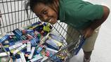 美國9歲女孩攢錢瘋狂購買牙膏,母親困惑不已 得知真相後卻哭了