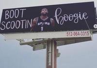 馬刺球迷在聖安東尼奧掛出招募考辛斯的廣告牌