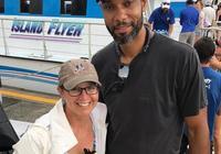 網友在颶風災區合影參與援助行動的蒂姆-鄧肯