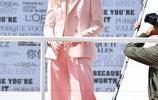 艾麗·範寧現身戛納街頭,金色捲髮+粉嫩套裝甜度滿分