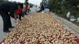 六旬大伯驅車700公里外銷農產品,一天賣300塊,臉上樂開了花