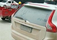 為什麼這麼髒的車還不洗?看到車尾的字後,大家才明白過來!