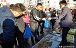 """青島早市新鮮""""土""""特產海蜂子50元2斤 小夥經營有道一斤賺雙份錢"""