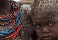 非洲人缺吃少穿,餓到乾瘦?看了菜市場才知道,他們不是缺吃的!