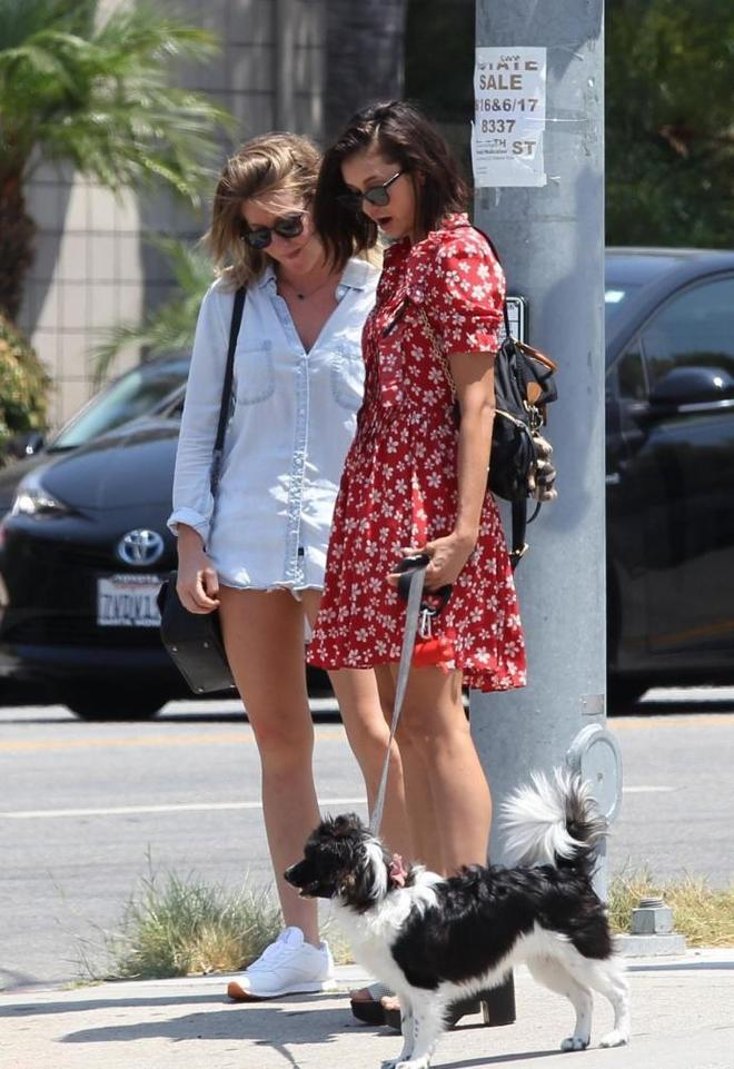 《吸血鬼日記》妮娜在洛杉磯出街遛狗,Nina的腿真心好看