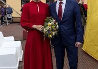 49歲丹麥王妃比梅根凱特都驚豔!穿紅裙亮相少女感十足,高貴優雅