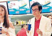黃百鳴包場請朋友看電影,對兩位靚女特別照顧,親自排隊買飲料
