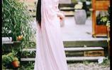 粉衣古裝女神,趙麗穎落落大方,毛曉彤婀娜多姿,她卻美出天際!