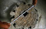 貴州村民挖出了一個稀罕物  中間有方孔酷似磨盤  究竟是何物成謎