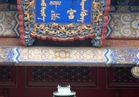 《雍正王朝》裡面孫嘉誠死了,為什麼軍機大臣都不去給他上香,他們在顧忌什麼?