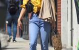 凡妮莎·哈金斯穿黃色露臍襯衫現身街頭,清新丸子頭少女風十足