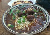 漯河:好友相聚重慶麵館,1葷一素2碗牛肉麵1瓶白酒,真得勁!