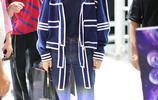 辣媽ELLA陳嘉樺穿潮裝現身機場,對鏡頭暖心甜笑親和力滿分