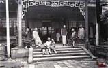 老照片:150年前的清朝人生活罕見照,圖4為某個達官顯貴的母親