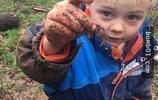 英國幼兒園讓玩泥巴、抓蚯蚓,引中國網友熱議,被說脫離文明社會