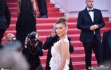 維密模特貝拉·哈迪德亮相,穿仙美紗裙遭粉絲圍堵,顏值絕美