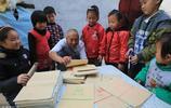 河南農村殘疾老漢自強不息,在板廠打工撐起貧困家庭,還樂於助人
