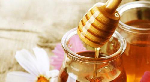 很多人有清早起床先喝蜂蜜水的習慣,那早晨喝蜂蜜水好嗎?