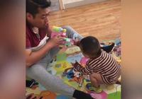 爸爸和寶寶玩玩具,寶寶拿走後,爸爸生氣了,寶寶的反應太可愛了