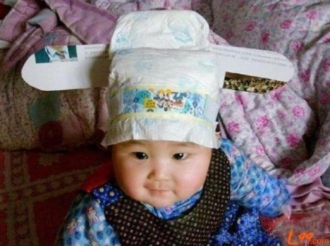 孩子一發燒,媽媽就把紙尿褲蓋他頭上,網友:這家長太聰明瞭!