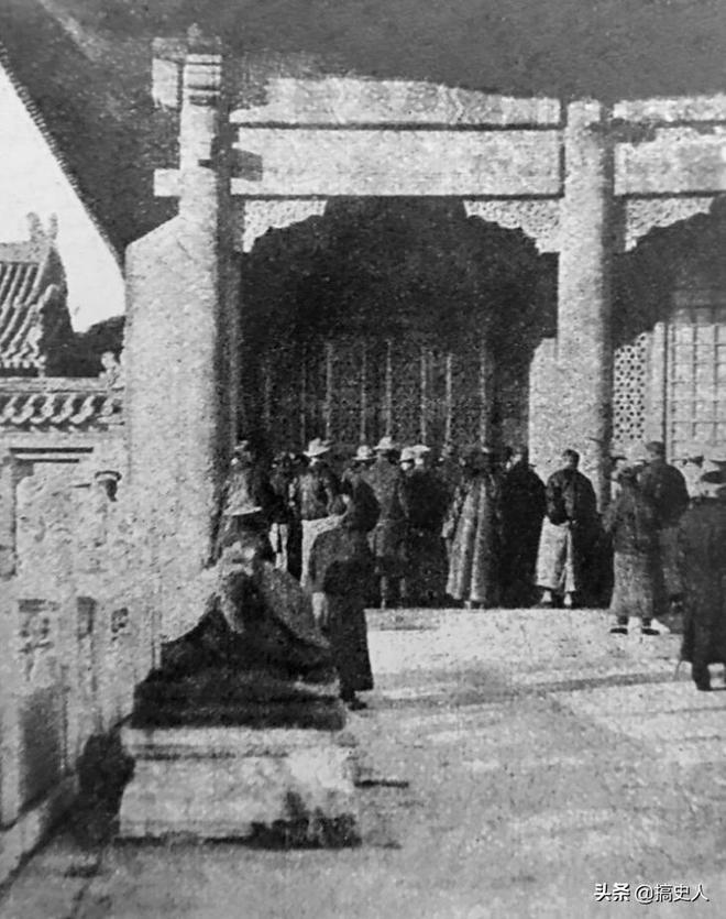 老照片:溥儀被趕出紫禁城現場,圖3太監宮女無以為生集體抗議!