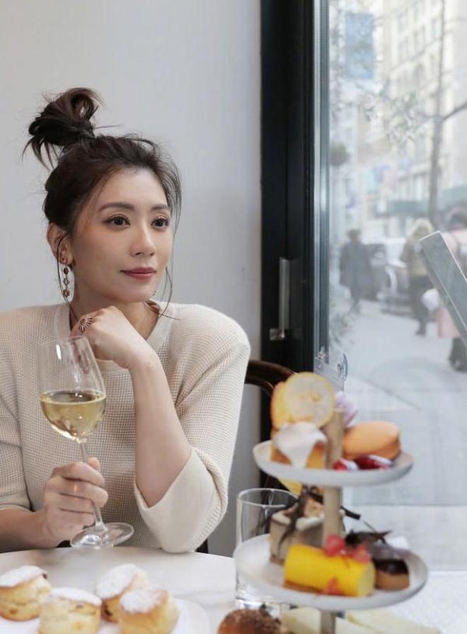 """44歲賈靜雯是吃""""凍齡丸""""了嗎?一身貴婦裝卻像少女,氣質很重要"""