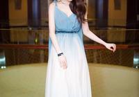張慧雯真不是誇你,這樣穿藍色連衣裙,褲子都想要壓箱底了