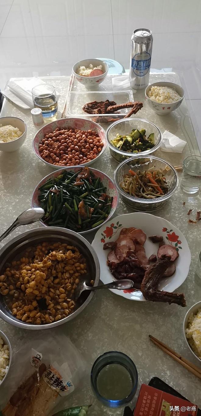東北煤礦普通人家的三頓飯,新菜剩菜老整一桌子,說了也不聽