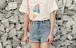 夏天超逆齡的穿搭,寬鬆上衣+牛仔熱褲,顯出小蠻腰秀出大長腿