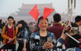 人山人海!國慶首日天安門廣場迎來數萬名觀眾觀看升旗儀式