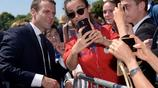 法國總統馬克龍出席紀念戴高樂二戰講話發表77週年 與女粉絲親切自拍